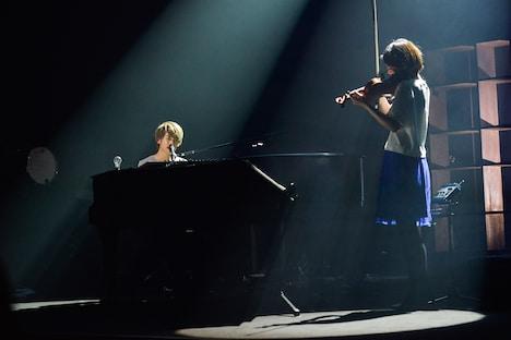 「こっちを向いてよ」を演奏する杉本雄治(Vo, Piano)と沖増菜摘(Violin)。(撮影:高田梓)