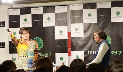 ファンの大歓声に思わずマイクを向ける宮沢和史(左)。