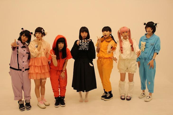 「id アイドル」MV撮影のオフショット。中央が監督を務めたみてぃふぉ。