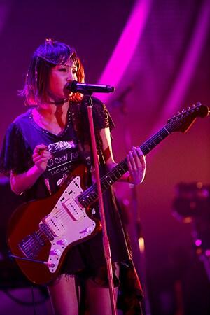 「リスキー」をプレイするLiSA。(Photo by hajime kamiiisaka)