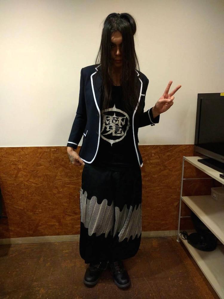 N高等学校の制服ブレザーを着るKenKen。