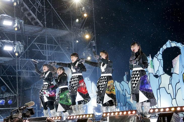 「ももいろクリスマス2015 ~Beautiful Survivors~」12月23日公演のももいろクローバーZ。(Photo by HAJIME KAMIIISAKA+Z)