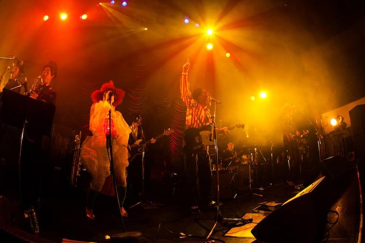 12月19日の公演で「Move on up」を歌唱するハナレグミ。(撮影:仁礼博)