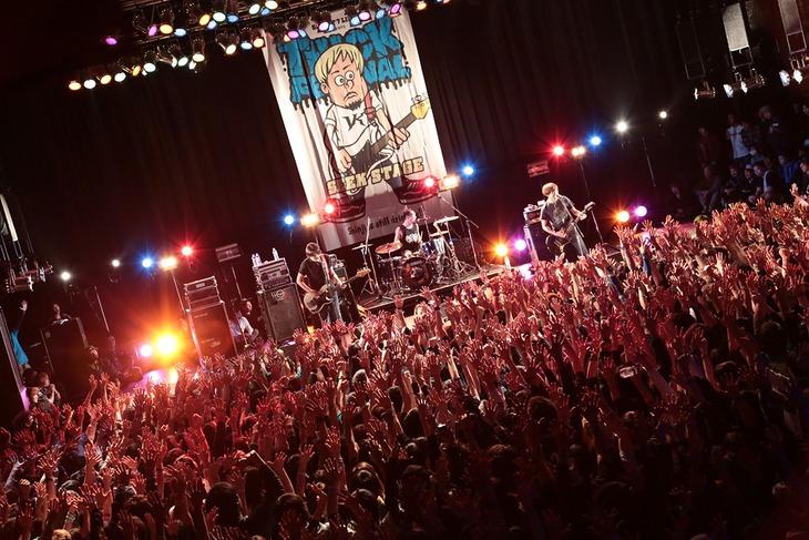 LAST ALLIANCEのMATSUMURA(Vo, B)を迎えて「YOUR SONG」を演奏するSECRET 7 LINE。(Photo by watanabe'kool'syo)