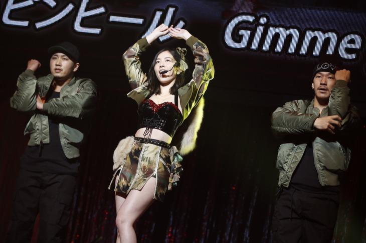 松井珠理奈による「赤いピンヒールとプロフェッサー」歌唱の様子。(c)AKS