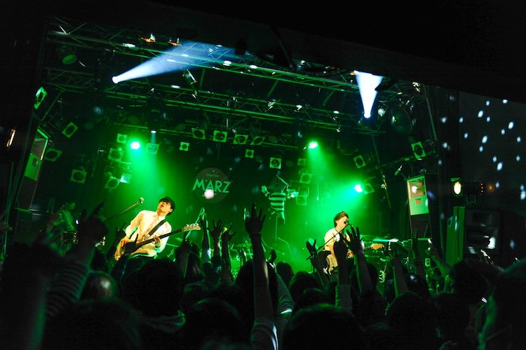 SAKANAMONのライブの様子。(Photo by MASANORI FUJIKAWA)
