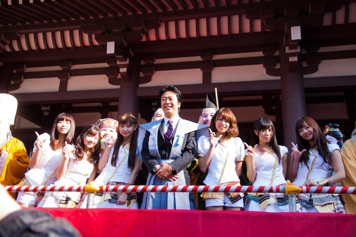 高島宗一郎福岡市長と記念撮影するLinQ。(写真提供:ジョブ・ネット)