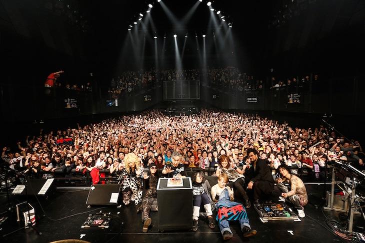 「大槻ケンヂ 50th生誕祭!特撮」特撮と筋肉少女帯の記念写真。(撮影:中島たくみ)