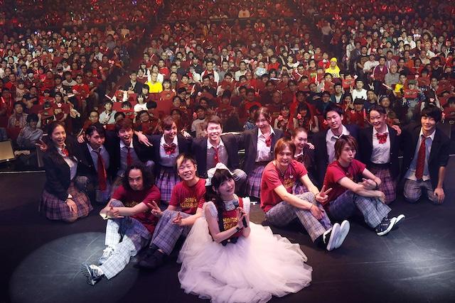 サポートバンド、ダンサー、同志諸君と記念撮影をする上坂すみれ。(写真提供:キングレコード)