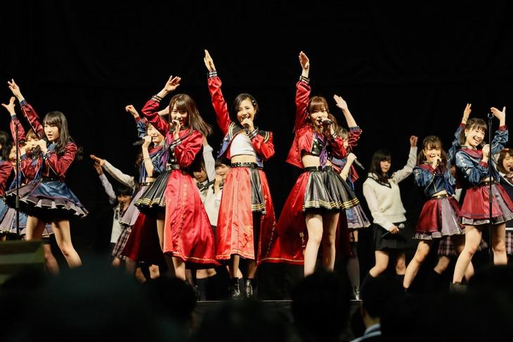 本日2月28日に福岡・マリンメッセ福岡で実施された「6thシングル『しぇからしか!』発売記念握手会」の様子。 (c)AKS