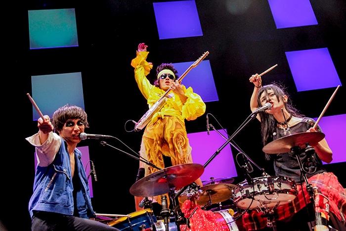 「BANDがしたい!」を演奏するN'夙川BOYS。左からマーヤLOVE、シンノスケBOYs、リンダdada。(Photo by YURI)
