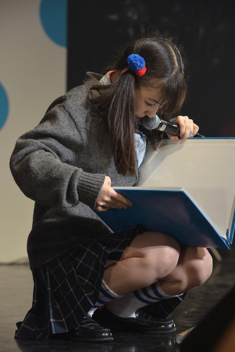 ファンの写真を集めたアルバム「食いしん坊図鑑」を見る東理紗。