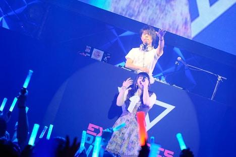 猫叉Master(奥)と霜月はるか(手前)。(提供:EXIT TUNES)