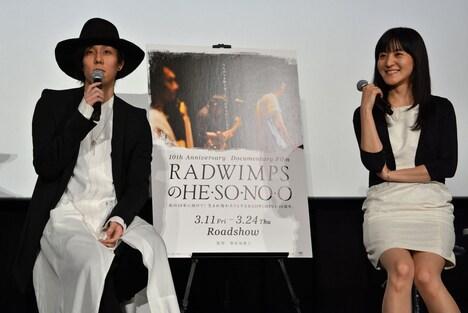左から野田洋次郎、朝倉加葉子監督。