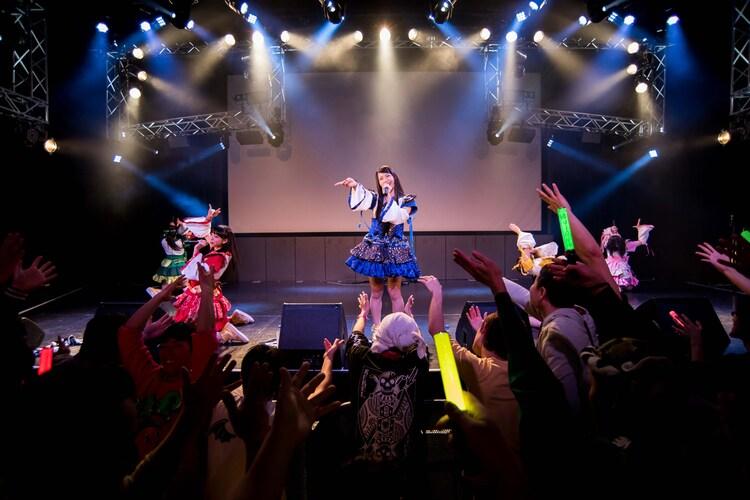 神宿によるライブの様子。
