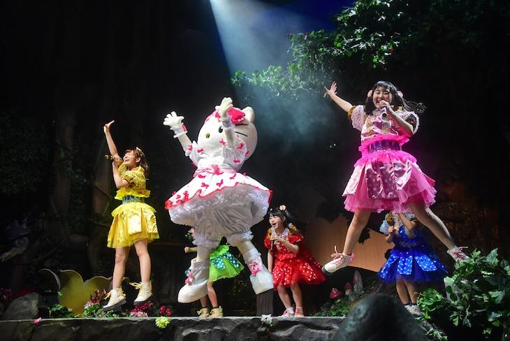 「劇団乙女新党×ハローキティ ミュージカル公演 in サンリオピューロランド ~雨とリボンと乙女とハローキティ~」の様子。