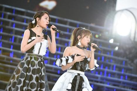 「思い出のほとんど」を歌唱する前田敦子、高橋みなみ。
