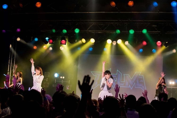 DEAR KISSによるライブの様子。
