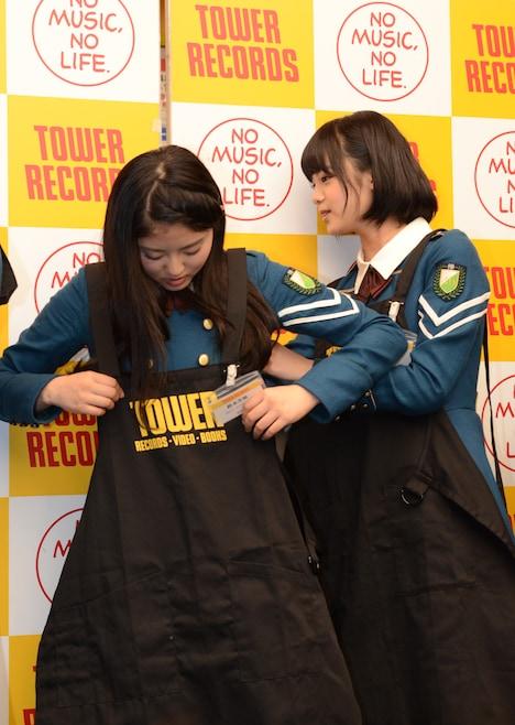 エプロンを着用する鈴本美愉(左)と平手友梨奈(右)。