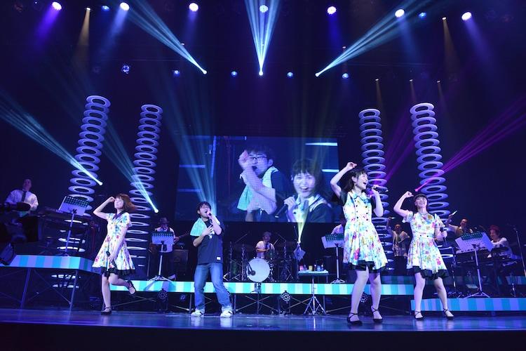 「トキメキ☆マイドリーム」を歌うconnie(左から2番目)とNegicco。