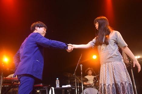 2016年4月に行われた南波志帆企画ライブ「sparkjoy hour ~city joy~」の様子。ステージ上でCOMPLEX「日本一心」の名シーンを完全再現する堂島孝平(左)と南波志帆(右)。