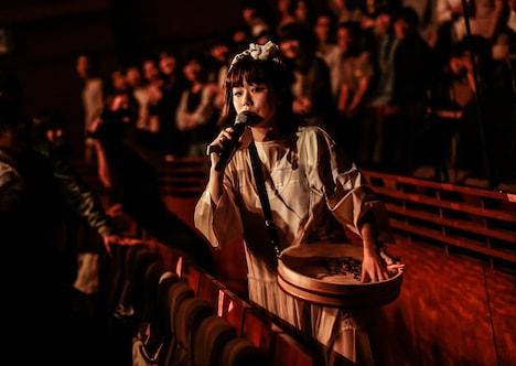 客席にガリをばらまく吉澤嘉代子。(撮影:鳥居洋介)
