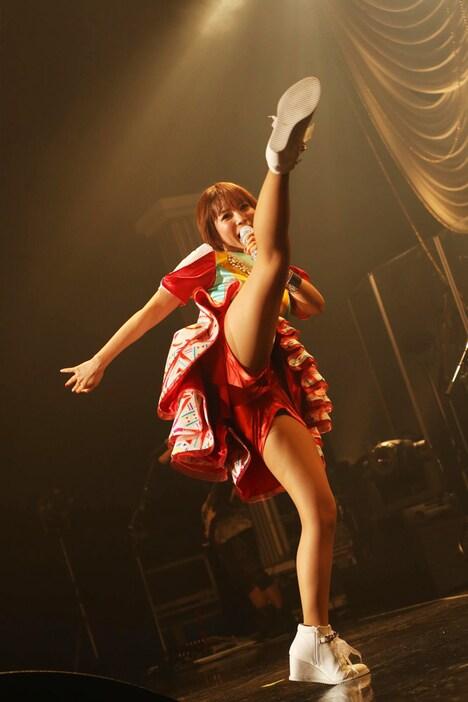 ハイキックをする中川翔子。(撮影:外山繁)