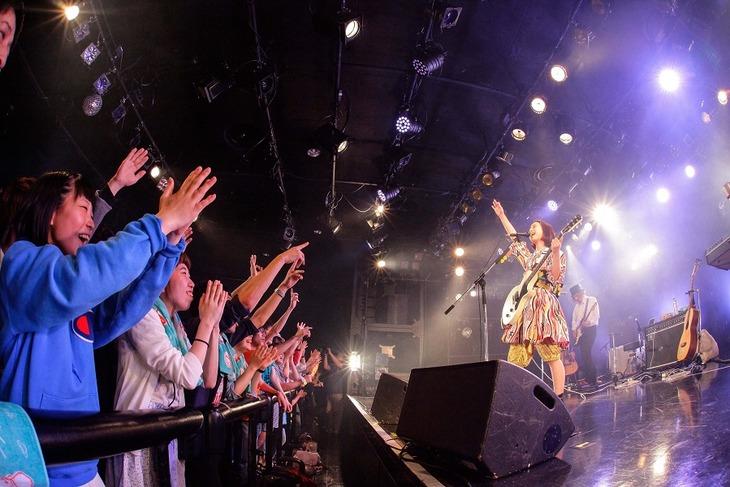 三戸なつめのライブの様子。(Photo by Kazuki Watanabe)