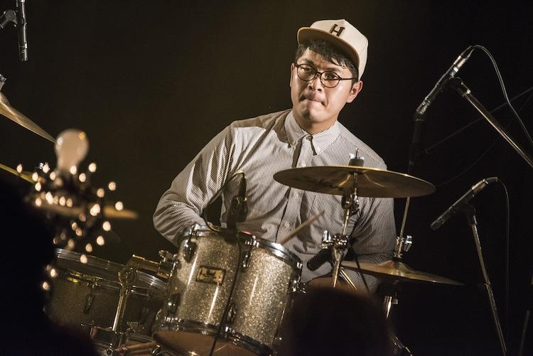 ふくろうずのサポートドラマー・張江浩司(来来来チーム)。(Photo by Daisuke Miyashita)