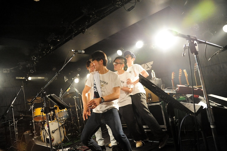 EXILE「Choo Choo TRAIN」を彷彿させるダンスを披露する荒井岳史とバックバンドメンバー。