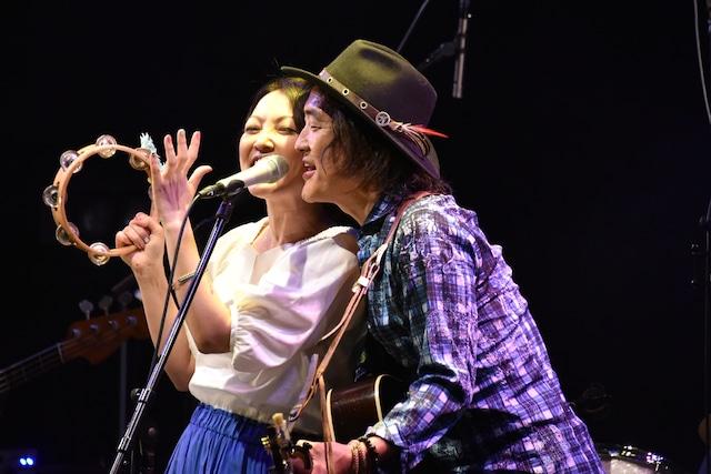 並んで歌う加藤いづみ(左)と高橋研(右)。