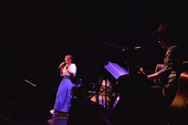 高橋研のギターをバックに「好きになって、よかった」を歌う加藤いづみ。