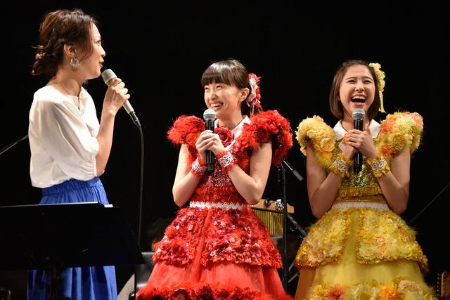 驚きのあまり素に戻ってしまった加藤いづみ(左)と、ももクロの百田夏菜子(中央)、玉井詩織(右)。