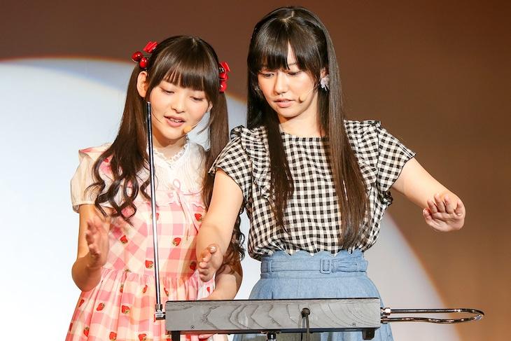 三澤紗千香(右)にテルミンの奏法をアバウトにレクチャーする上坂すみれ(左)。