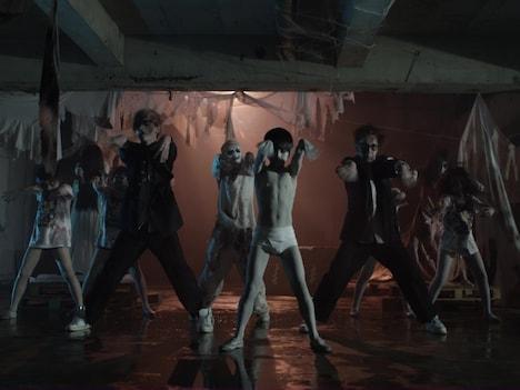 「呪いのシャ・ナ・ナ・ナ」ミュージックビデオのワンシーン。