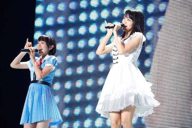 深川麻衣(右)(写真提供:Sony Music Records)