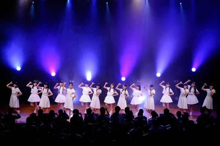 「夏の決心」をパフォーマンスするアイドルネッサンスとAIS。(Photo by KAYOKO YAMAMOTO)