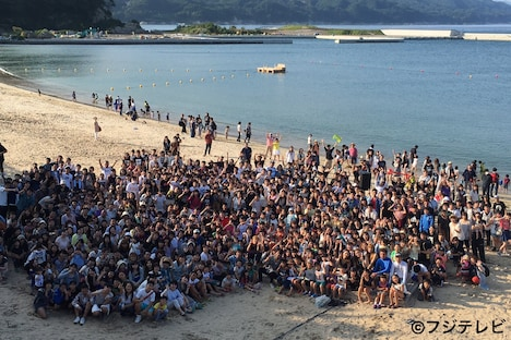 大槌町の吉里吉里海岸に集った数百人の観客。