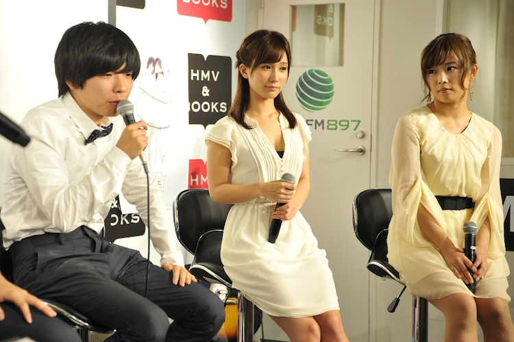 左から、吉田靖直、小島みなみ、紗倉まな。