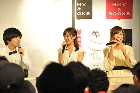 吉田靖直(左)と目が合って驚く小島みなみ(中央)。