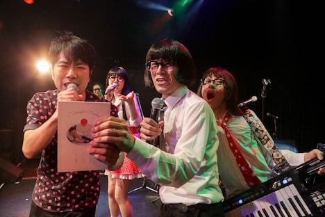 アーバンギャルドと藤井隆のセッションの様子。(Photo by yu-yukko)