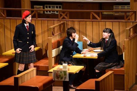 シアターシュリンプ第2回公演「ガールズビジネスサテライト」ゲネプロの様子。左から小林歌穂、安本彩花、中山莉子。