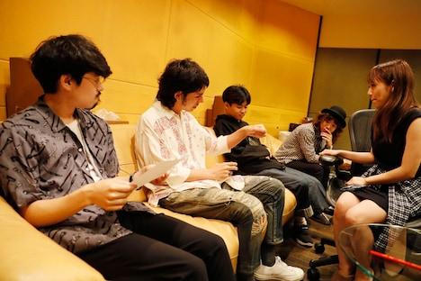 レコーディング時のOKAMOTO'Sと高橋みなみ。
