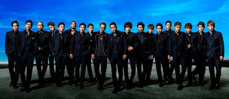 EXILEメンバー19人が並んだアーティスト写真。