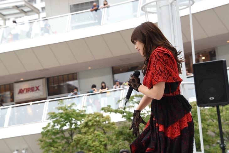 篠崎愛「口の悪い女」発売記念イベントの様子。