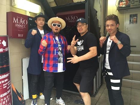 「雨ニモマケズ 風ニモマケズ ~Mr.200%~」のミュージックビデオで共演したクリフエッジと安生洋二。