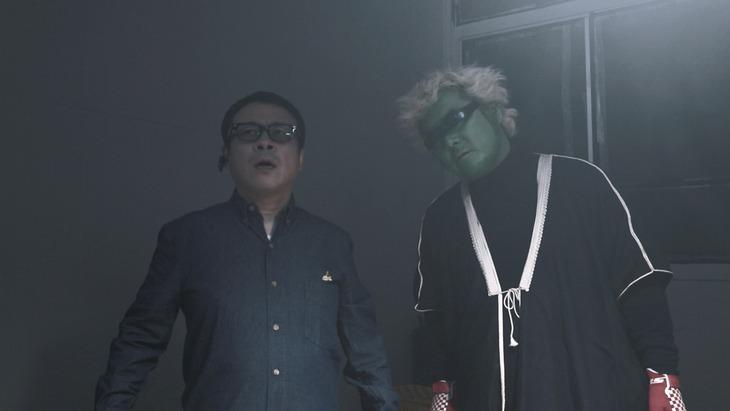 バッファロー吾郎A(左)とデモ田中監督(右)。