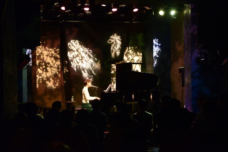 9月11日に東京・STAR PINE'S CAFEで行われた、南壽あさ子のニューシングル「flora」発売記念イベントの様子。