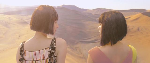 宇多田ヒカル「二時間だけのバカンス featuring 椎名林檎」ミュージックビデオのワンシーン。
