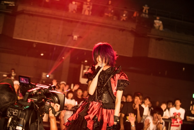 椎名ぴかりんによるライブの様子。(撮影:稲垣謙一)